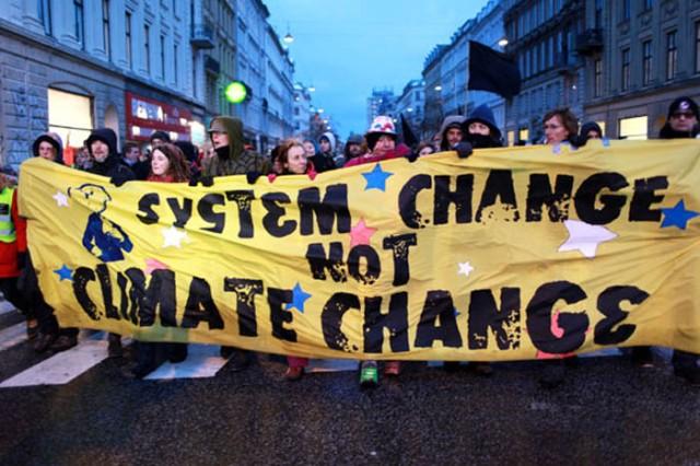 """""""Cambia el sistema no el clima""""; un interesante mensaje donde el activismo social canibaliza al ecologico. Y ni uno ni otro"""