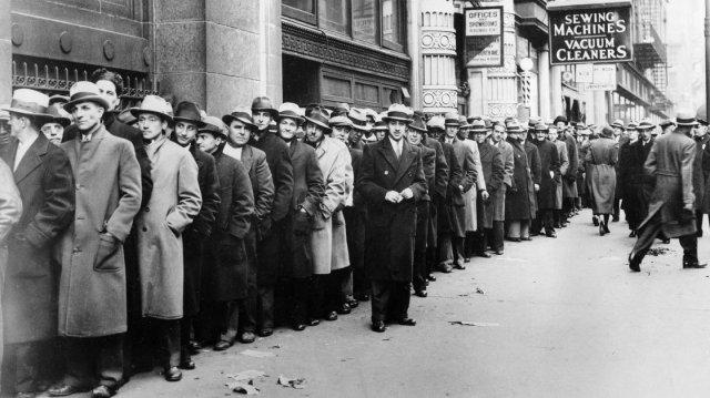 Miles de desempleados espera fuera del State Labour Boreau en NEw Yoek en 1933. 80 años despues estas colas están igual en el sur de Europa